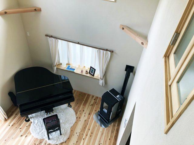 珪藻土の塗り壁と無垢の杉 吹き抜けピアノ