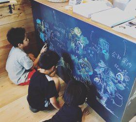 沖縄トータルリビングショウ出展準備 黒板塗料でつくったカウンターが子どもに人気。
