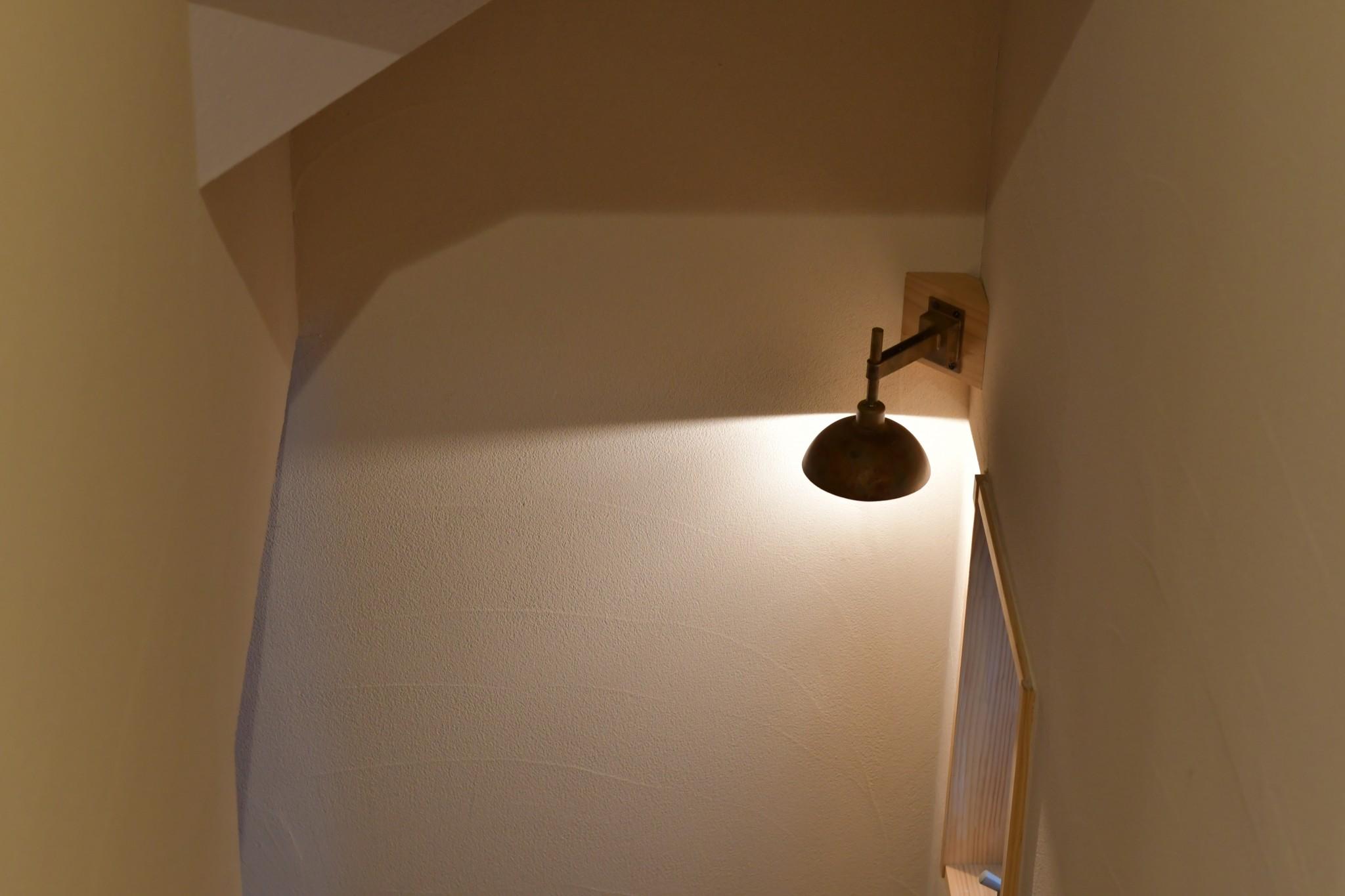 真鍮のブラケットライトが足元を照らす