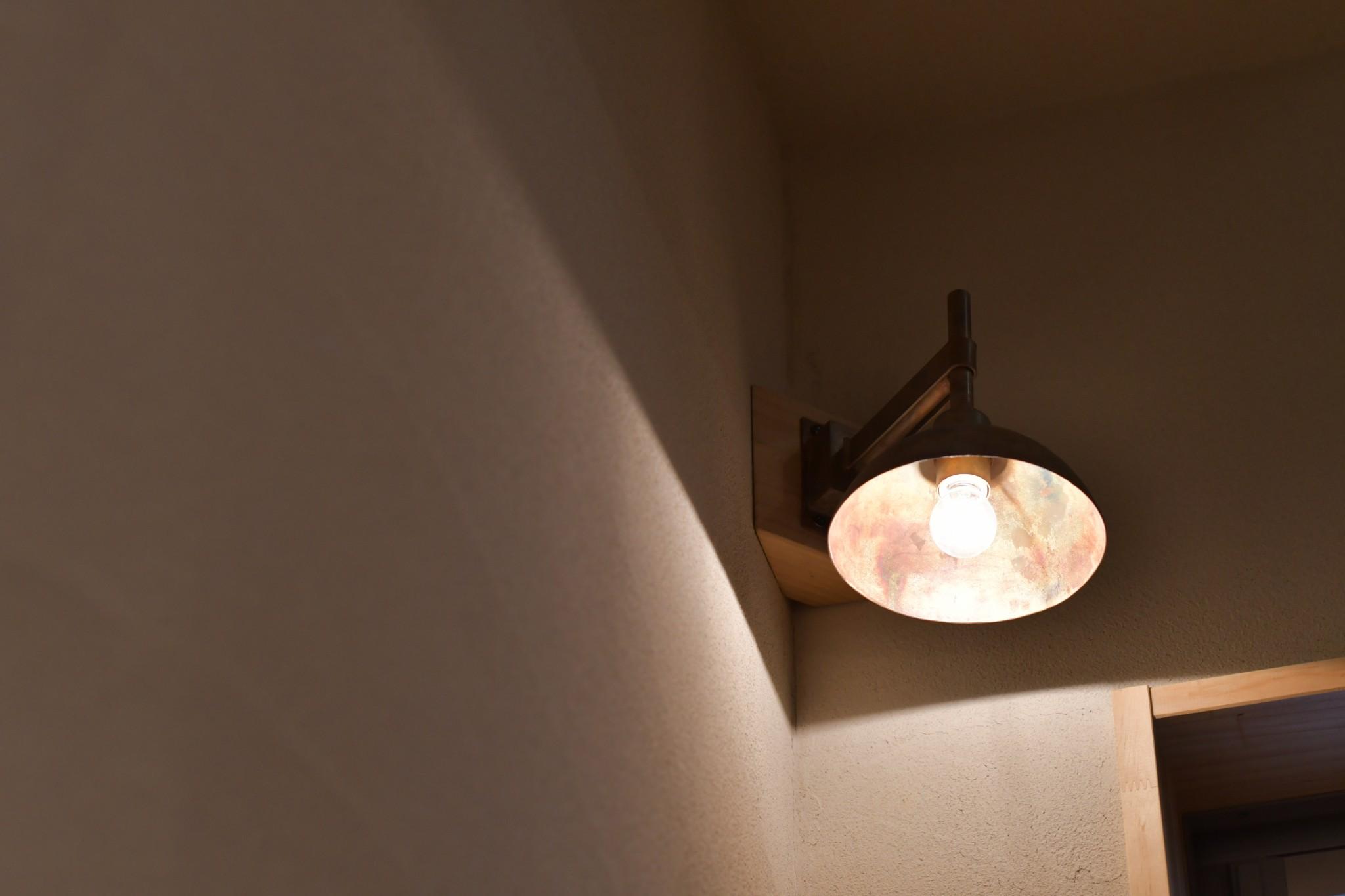 真鍮のブラケットライトを階段に
