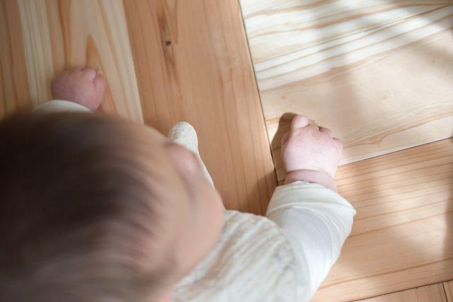 赤ちゃんとフローリング